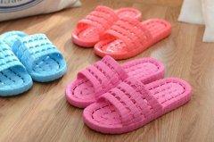 怎么洗掉塑料拖鞋上的顽固污渍?不用洗衣粉,只需用水变干净!